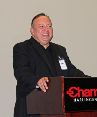 Downtown Harlingen director Edward Meza speaks to the gathering of merchants. (VBR)
